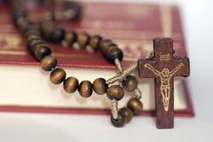 Biblia de la cruz y del acebo fotografía de archivo libre de regalías