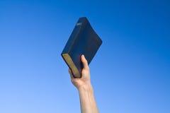 Biblia de la explotación agrícola de la mano Imagenes de archivo