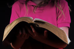 Biblia de la explotación agrícola de la muchacha Foto de archivo