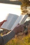 Biblia de la lectura al aire libre Imagenes de archivo