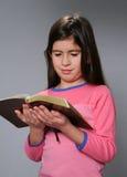 Biblia de la lectura de la chica joven Imagenes de archivo