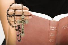 Biblia de la lectura de la mujer. Fotos de archivo