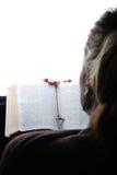 Biblia de la lectura de la mujer foto de archivo libre de regalías