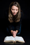 Biblia de la lectura de la mujer Imagen de archivo