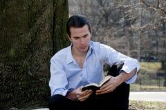 Biblia de la lectura del hombre Fotos de archivo libres de regalías