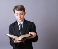 Biblia de la lectura del muchacho fotos de archivo