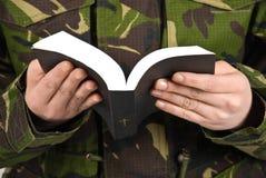 Biblia de la lectura del soldado del ejército Fotos de archivo libres de regalías