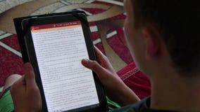 Biblia de la lectura en Ipad almacen de metraje de vídeo