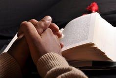 Biblia de rogación de las manos fotos de archivo libres de regalías