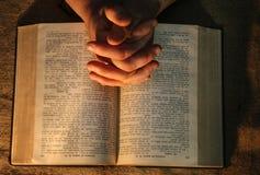 Biblia de rogación de las manos Imagen de archivo libre de regalías
