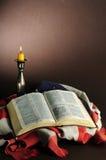 Biblia e indicador americano Imágenes de archivo libres de regalías