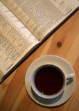 Biblia en el vector con la taza de café Fotos de archivo