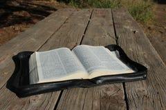 Biblia en el vector de madera Imagen de archivo