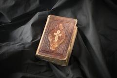 Biblia en fondo oscuro Libro pasado de moda Scriptur religioso Fotos de archivo