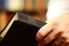 Biblia en las manos Fotos de archivo libres de regalías