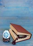 Biblia i drewniany krzyż obrazy stock
