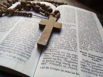 Biblia 2 i różaniec zdjęcie stock