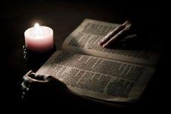 Biblia iluminada por la vela Imágenes de archivo libres de regalías