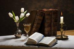 Biblia iluminada por velas Imágenes de archivo libres de regalías