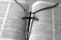 biblia krzyż Fotografia Royalty Free