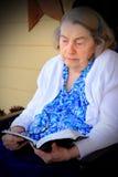 Biblia mayor de la lectura de la mujer Imagen de archivo libre de regalías