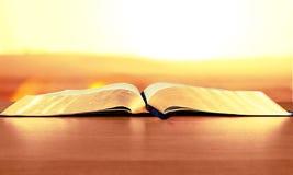 biblia otwarta obrazy stock