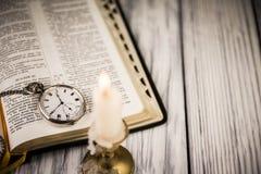 Biblia otwierająca Fotografia Stock