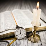 Biblia otwierająca Zdjęcie Royalty Free