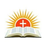 Biblia, puesta del sol y cruz Concepto del logotipo de la iglesia Aislado en blanco Fotografía de archivo