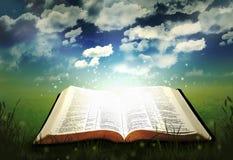 Biblia que brilla intensamente abierta Fotos de archivo