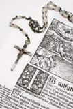 biblia różaniec blisko widok fotografia stock