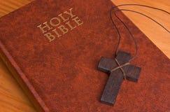 Biblia santa, cerrada, con una cruz foto de archivo