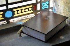 Biblia santa en paisaje de la ventana Foto de archivo libre de regalías