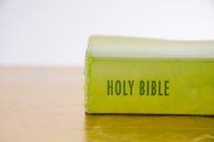 Biblia santa verde Fotografía de archivo