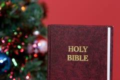 Biblia santa y árbol de navidad Fotografía de archivo libre de regalías