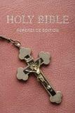Biblia santa y crucifijo. Imagen de archivo