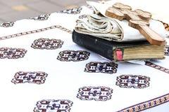 Biblia santa y cruz Imágenes de archivo libres de regalías