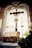 Biblia santa y flores en el altar en la iglesia Imagenes de archivo