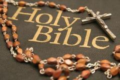 Biblia santa y rosario Fotos de archivo