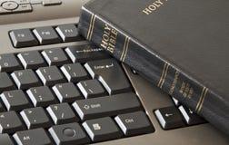 Biblia santa y teclado Foto de archivo libre de regalías