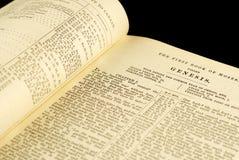 Biblia vieja abierta en la génesis Foto de archivo