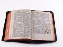 Biblia vieja con la cruz del oro Imagenes de archivo