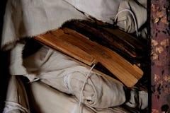 Biblia vieja en biblioteca del templo fotografía de archivo