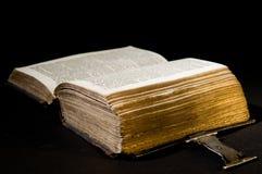 Biblia vieja en negro Imágenes de archivo libres de regalías