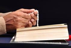 biblia wręcza modlenie Obraz Royalty Free