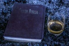 Biblia y alcohol imagen de archivo libre de regalías