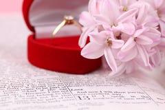Biblia y anillo de compromiso Imágenes de archivo libres de regalías