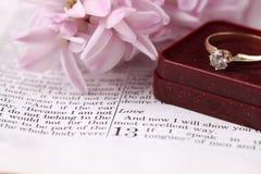 Biblia y anillo de compromiso Fotografía de archivo