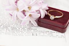Biblia y anillo de compromiso Foto de archivo libre de regalías
