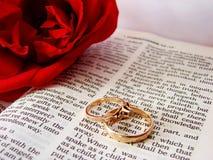 Biblia y anillos de bodas Foto de archivo